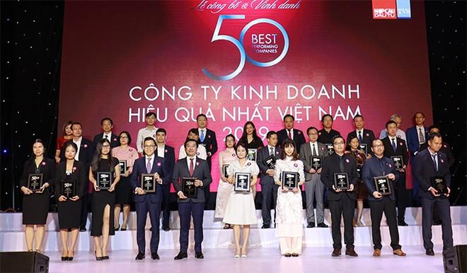 """Ông Đỗ Thanh Tuấn – Giám đốc đối ngoại Công ty Vinamilk (hàng đầu, thứ 5 từ trái sang) – tại lễ vinh danh """"Top 50 công ty kinh doanh hiệu quả nhất Việt Nam"""""""