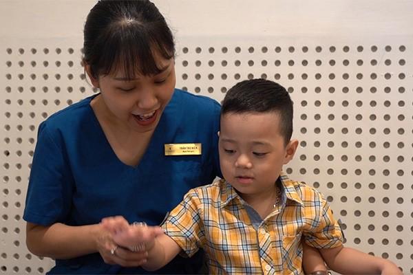 Sau ghép tế bào gốc lần đầu tiên, Bảo Nam hào hứng tham gia các lớp học, có thể phát triển nhiều kỹ năng cá nhân