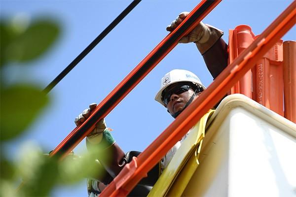 """Cuộc chiến cân não trên đường dây điện """"sống"""" của thợ điện """"hotline"""""""