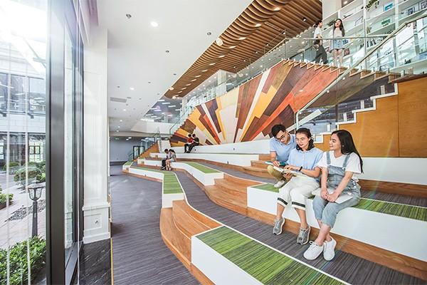 VinUni sở hữu thư viện kỹ thuật số rộng lên tới 4.000 m2 hoạt động 24/7, nơi các sinh viên học tập, làm việc nhóm, các dự án khởi nghiệp trong không gian tiện nghi và công nghệ cao.
