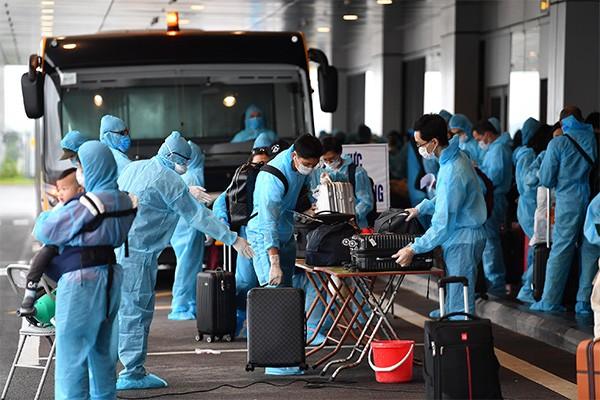 Cầu thủ Đoàn Văn Hậu cũng về nước theo chuyến bay hạ cánh sân bay Vân Đồn