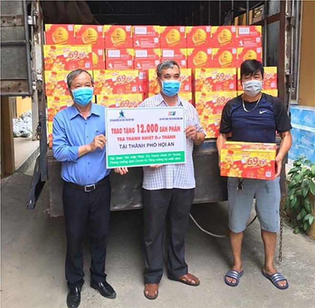 Cùng lúc đó, 12.000 sản phẩm Trà Thanh Nhiệt Dr Thanh khác cũng được trao gửi đến chính quyền, người dân tại thành phố Hội An.