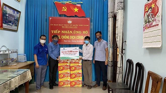 12.000 sản phẩm Trà Thanh Nhiệt Dr Thanh cũng được trao tặng đến chính quyền và người dân huyện Đại Lộc ngay trong sáng ngày 04/8