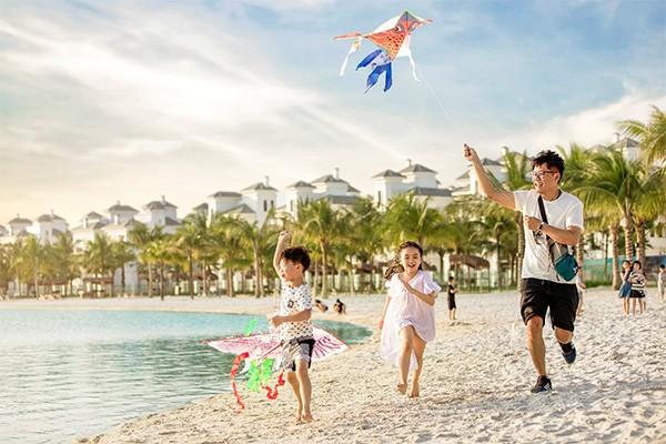 """""""Kỳ nghỉ hè ở biển"""" ngay tại Vinhomes Ocean Park (Gia Lâm, Hà Nội) cho cư dân trải nghiệm như đi du lịch với những buổi chiều bên bờ biển, bố cùng các con thả diều trên bãi cát trắng mịn, lộng gió."""