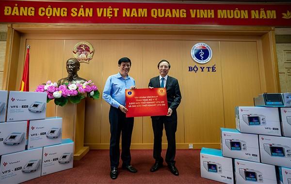 GS Đỗ Tất Cường, Phó Tổng Giám đốc hệ thống Y tế Vinmec, đại diện Tập đoàn Vingroup trao tặng máy thở cho Quyền Bộ trưởng Bộ Y tế Nguyễn Thanh Long
