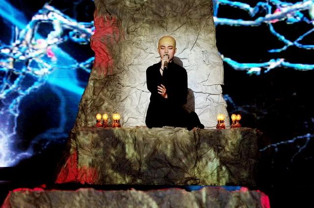 """Giang Hồng Ngọc """"cạo"""" đầu, đứng nhất tuần thi thứ 9 ảnh 1"""