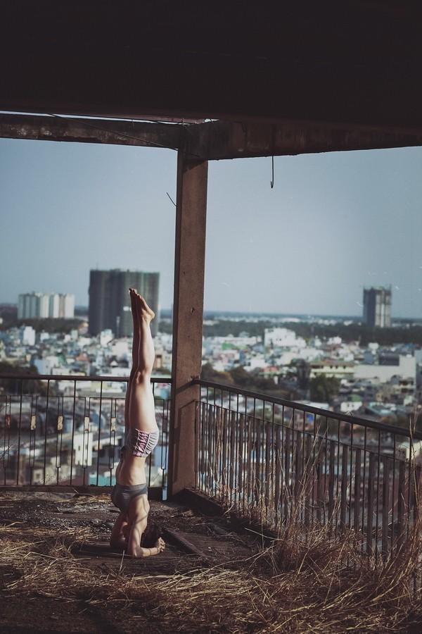 """Phương Trinh Jolie khoe bộ ảnh tập yoga ở """"chung cư ma"""" ảnh 6"""