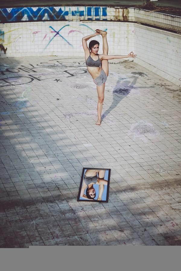 """Phương Trinh Jolie khoe bộ ảnh tập yoga ở """"chung cư ma"""""""