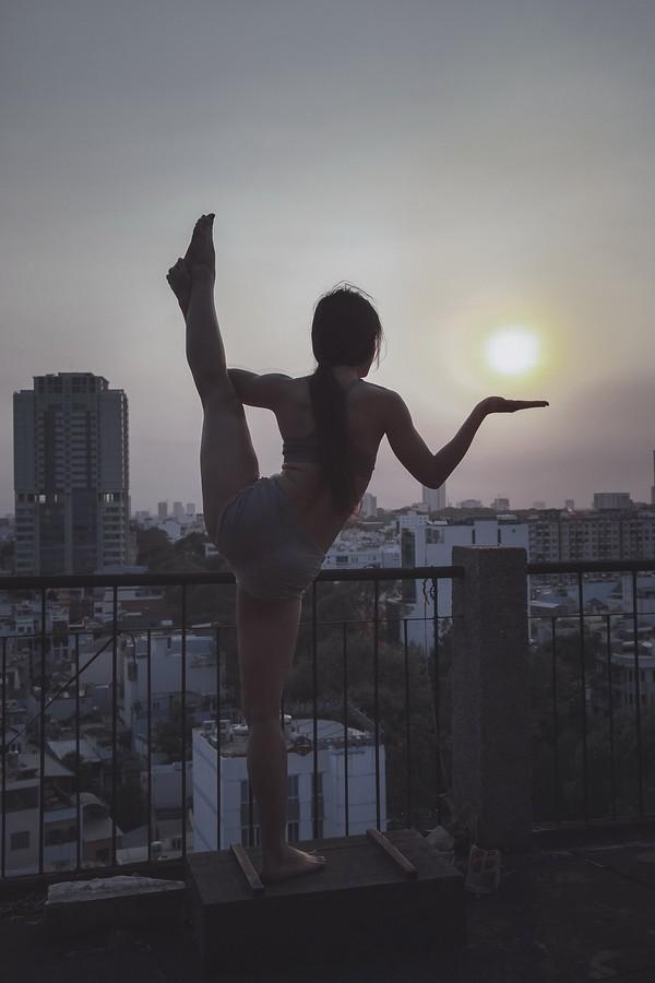 """Phương Trinh Jolie khoe bộ ảnh tập yoga ở """"chung cư ma"""" ảnh 9"""