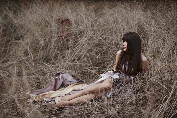 Ca sĩ Nhật Hạ thả dáng quyến rũ, lãng mạn trong rừng