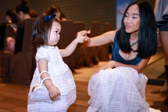 Con gái Đoan Trang rụt rè khi ở chốn đông người ảnh 2