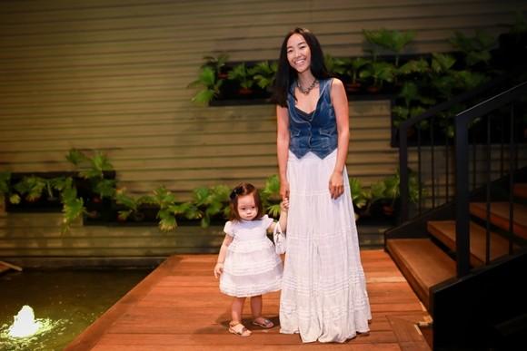 Con gái Đoan Trang rụt rè khi ở chốn đông người ảnh 1