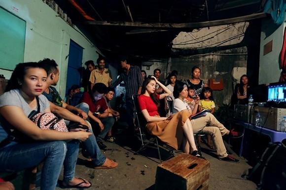 Hồ Ngọc Hà cùng ekip đoàn phim xem lại các cảnh quay.