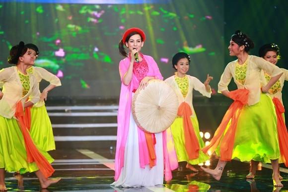 Phi Nhung mặc áo tứ thân, đội nón quai thao thị phạm cho thí sinh ảnh 2