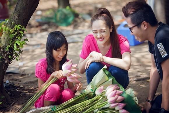 Bảo Anh xuống đường bán hoa sen gây quỹ từ thiện ảnh 5