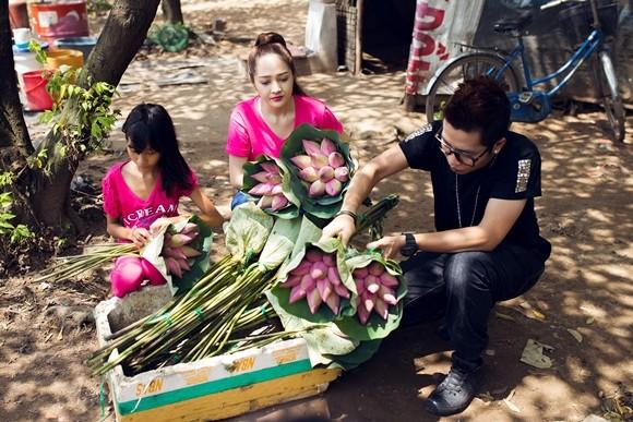 Bảo Anh xuống đường bán hoa sen gây quỹ từ thiện ảnh 1