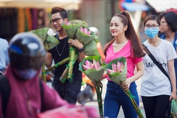 Bảo Anh xuống đường bán hoa sen gây quỹ từ thiện ảnh 2
