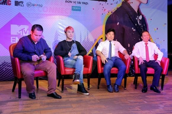 Sơn Tùng M-TP và đại diện của MTV Việt Nam