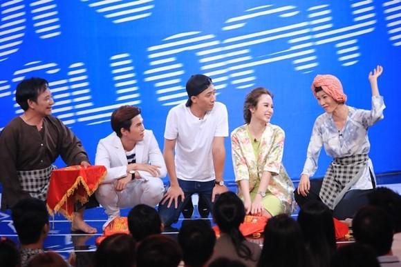 """Angela Phương Trinh bị Trấn Thành """"tọc mạch"""" trên sân khấu """"Ơn giời, cậu đây rồi!"""" ảnh 10"""