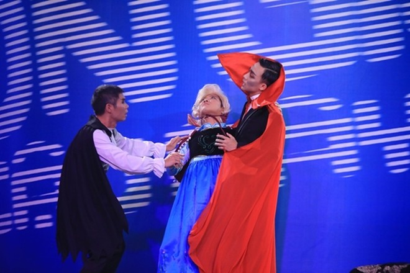 """Angela Phương Trinh bị Trấn Thành """"tọc mạch"""" trên sân khấu """"Ơn giời, cậu đây rồi!"""" ảnh 4"""