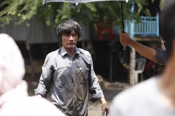 Ngọc Trinh lội bùn, đội cơn mưa tầm tã mang cơm cho cha ảnh 4