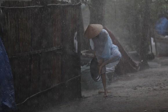 Ngọc Trinh lội bùn, đội cơn mưa tầm tã mang cơm cho cha ảnh 6