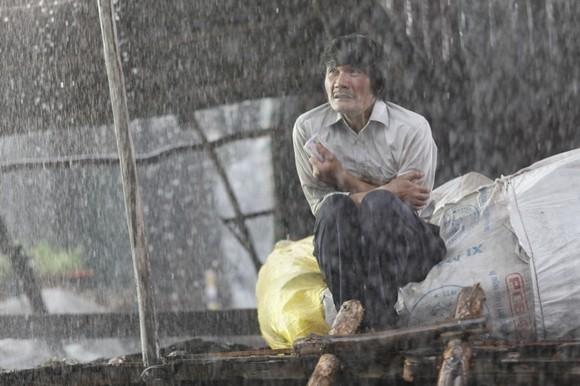 Ngọc Trinh lội bùn, đội cơn mưa tầm tã mang cơm cho cha ảnh 5