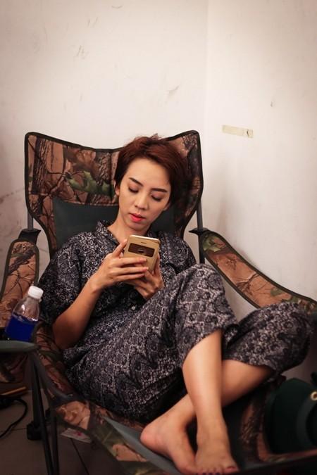 """Hé lộ cảnh """"ăn bờ ngủ bụi"""" của Thu Trang, Trấn Thành ảnh 1"""