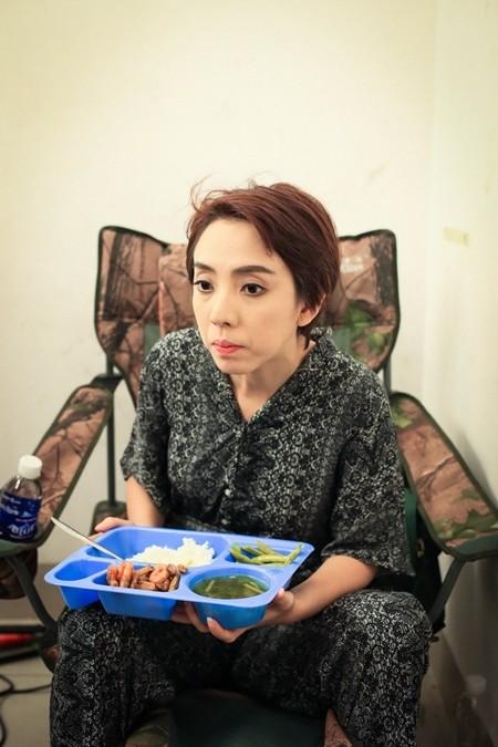"""Hé lộ cảnh """"ăn bờ ngủ bụi"""" của Thu Trang, Trấn Thành ảnh 2"""