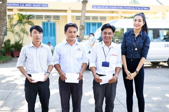 Á hậu Lệ Hằng thăm các thầy cô nhân ngày 20-11 ảnh 4