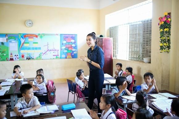 Á hậu Lệ Hằng thăm các thầy cô nhân ngày 20-11 ảnh 7