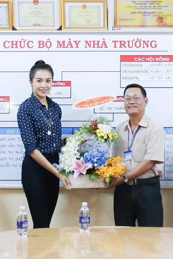 Á hậu Lệ Hằng thăm các thầy cô nhân ngày 20-11 ảnh 3