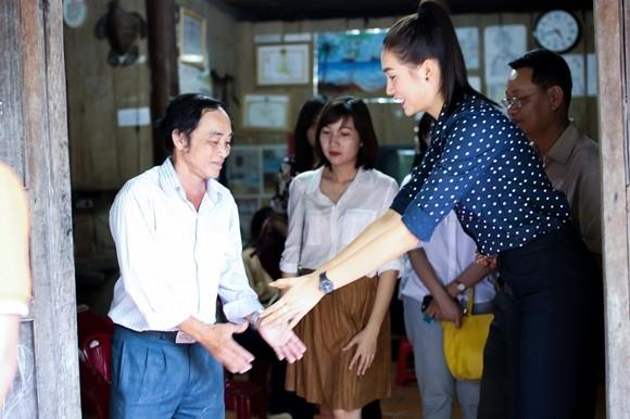 Á hậu Lệ Hằng thăm các thầy cô nhân ngày 20-11 ảnh 8