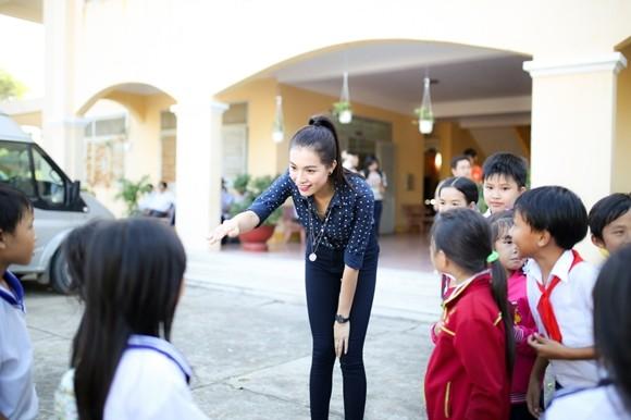 Á hậu Lệ Hằng thăm các thầy cô nhân ngày 20-11 ảnh 6