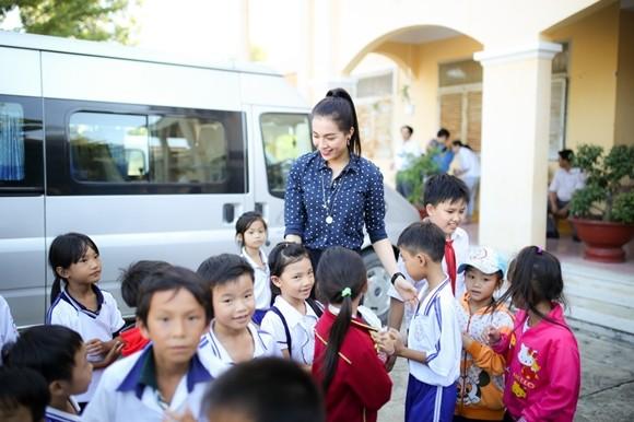 Á hậu Lệ Hằng thăm các thầy cô nhân ngày 20-11 ảnh 5