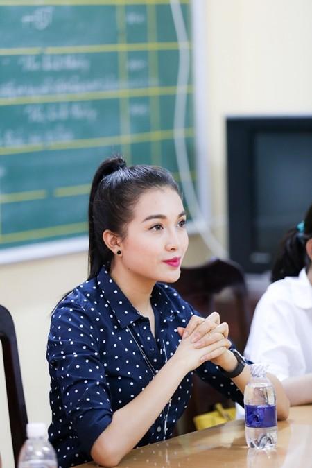 Á hậu Lệ Hằng thăm các thầy cô nhân ngày 20-11 ảnh 1