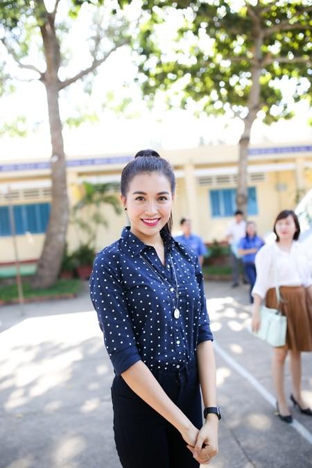 Á hậu Lệ Hằng thăm các thầy cô nhân ngày 20-11 ảnh 2