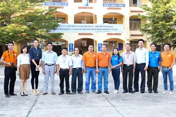 Á hậu Lệ Hằng thăm các thầy cô nhân ngày 20-11 ảnh 10