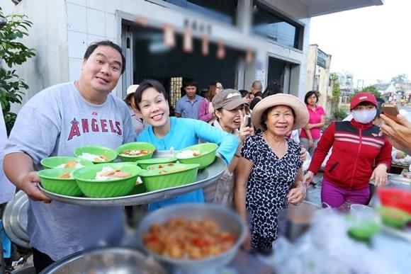 Việt Hương tận tay phục vụ món chay cho người lao động nghèo ảnh 2