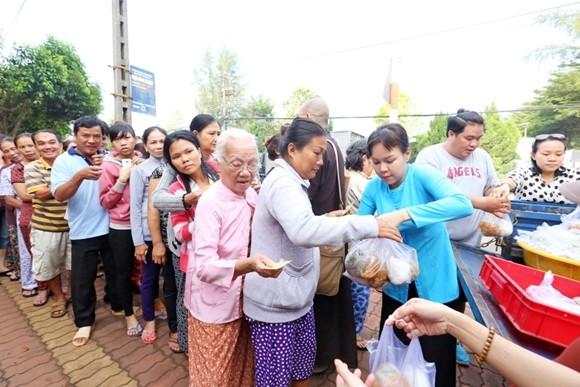 Việt Hương tận tay phục vụ món chay cho người lao động nghèo ảnh 5