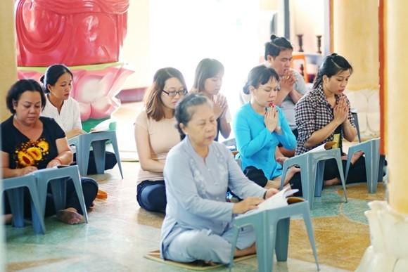 Việt Hương tận tay phục vụ món chay cho người lao động nghèo ảnh 8