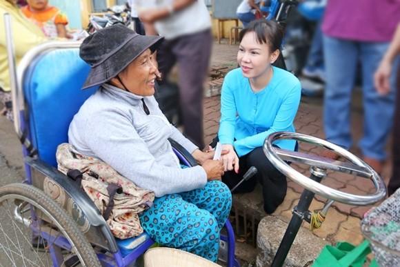 Việt Hương tận tay phục vụ món chay cho người lao động nghèo ảnh 4