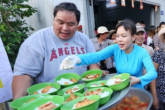 Việt Hương tận tay phục vụ món chay cho người lao động nghèo ảnh 1