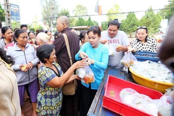 Việt Hương tận tay phục vụ món chay cho người lao động nghèo ảnh 6