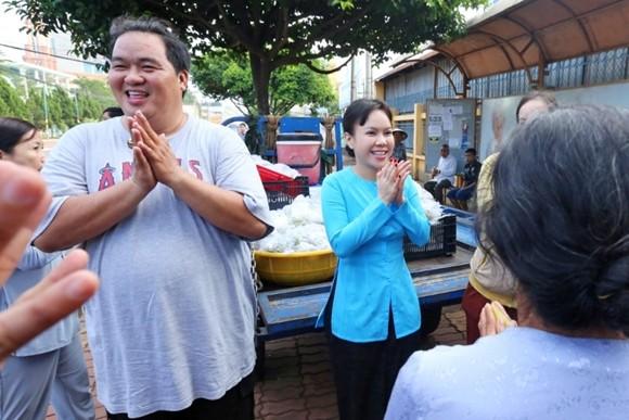 Việt Hương tận tay phục vụ món chay cho người lao động nghèo ảnh 7