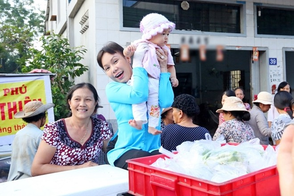 Việt Hương tận tay phục vụ món chay cho người lao động nghèo ảnh 3