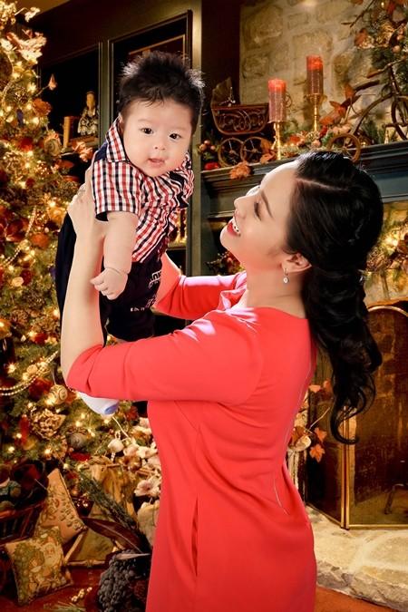 Nhật Kim Anh ghi lại hình ảnh Giáng sinh đầu tiên cùng chồng, con ảnh 1