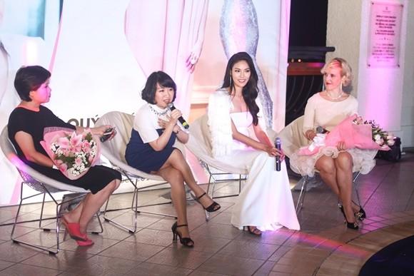 Lan Khuê hạnh phúc trong buổi tiệc mừng vào top 11 Hoa hậu thế giới ảnh 8