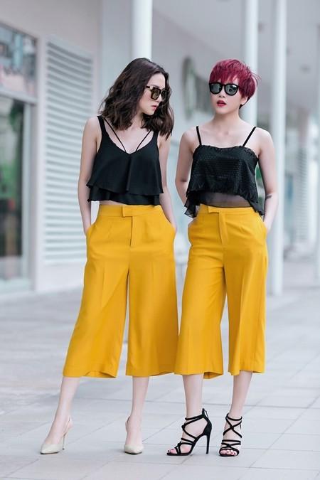 """Quần culottes vàng nghệ kết hợp với áo hai dây lửng đen mang đến vẻ năng động và gợi cảm cho """"song Thiều"""""""
