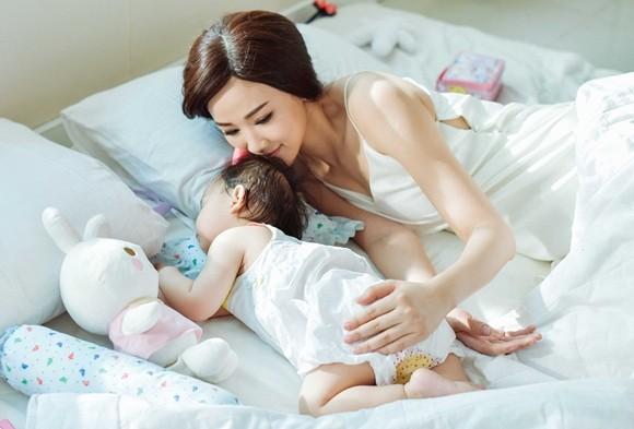 Maya bật khóc trong MV tặng con gái ảnh 9